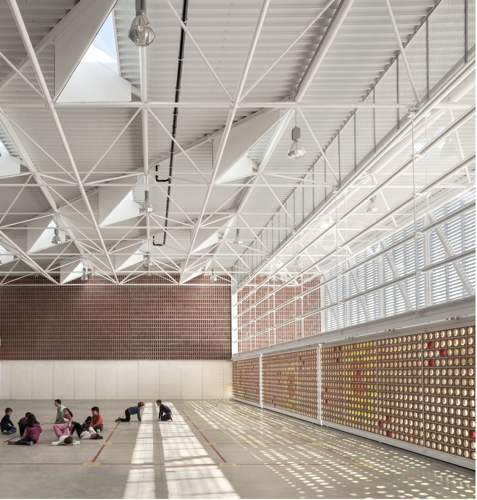 Multipurpose Teaching Hall at the Gavina School. Architecture Award (XIV Tile of Spain Awards). Courtesy of Spanish Ceramic Tile Manufacturers' Association.